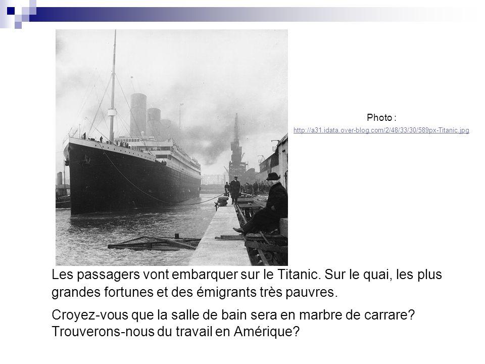 Les passagers vont embarquer sur le Titanic. Sur le quai, les plus grandes fortunes et des émigrants très pauvres. Croyez-vous que la salle de bain se