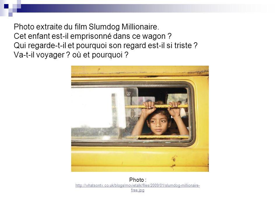 Photo extraite du film Slumdog Millionaire. Cet enfant est-il emprisonné dans ce wagon ? Qui regarde-t-il et pourquoi son regard est-il si triste ? Va