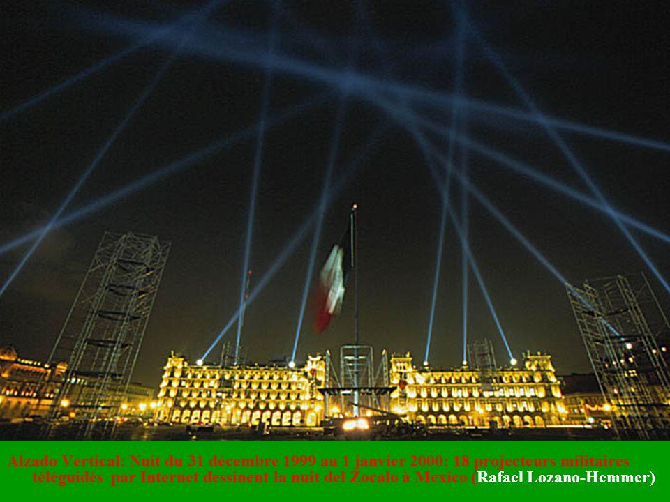 Alzado Vertical: Nuit du 31 décembre 1999 au 1 janvier 2000: 18 projecteurs militaires téléguidés par Internet dessinent la nuit del Zocalo à Mexico (