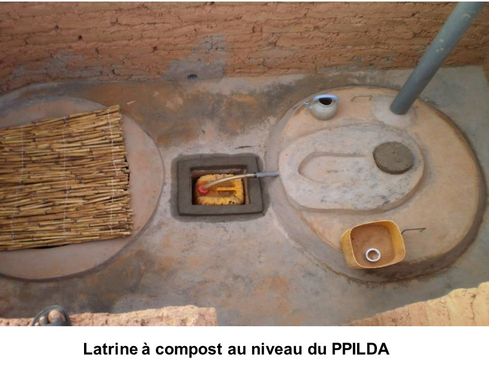Latrine sèche en cours dutilisation Latrine sèche en construction