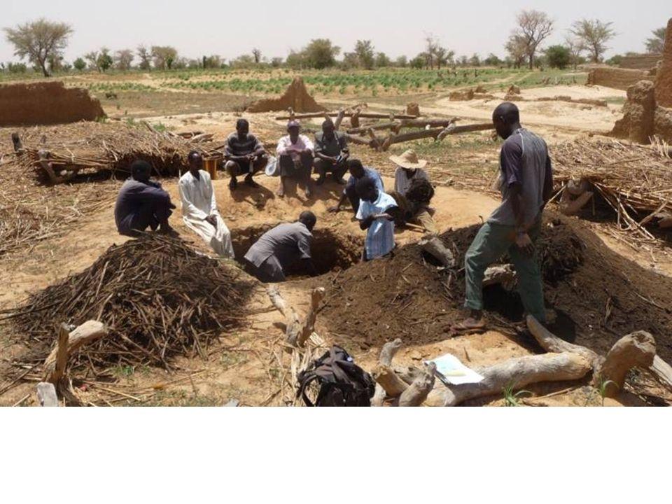 Diminuer la profondeur Faire brûler la fosse au lieux de cimenter Tuyau de ventilation artisanal avec des bouteilles et bandes de vieux habits enrobés en ciment