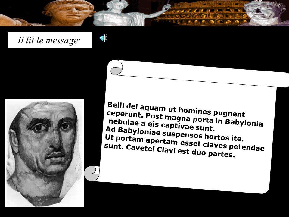 Il lit le message: Belli dei aquam ut homines pugnent ceperunt.