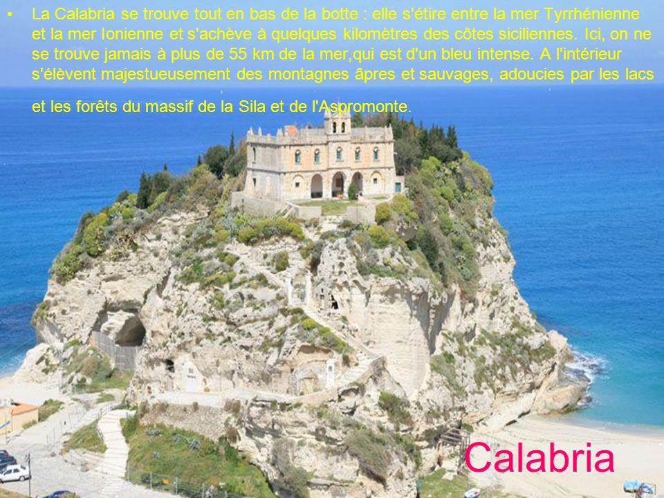 Calabria La Calabria se trouve tout en bas de la botte : elle s'étire entre la mer Tyrrhénienne et la mer Ionienne et s'achève à quelques kilomètres d