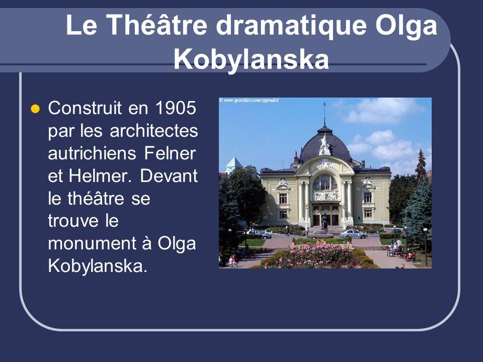 Le Théâtre dramatique Olga Kobylanska Construit en 1905 par les architectes autrichiens Felner et Helmer. Devant le théâtre se trouve le monument à Ol