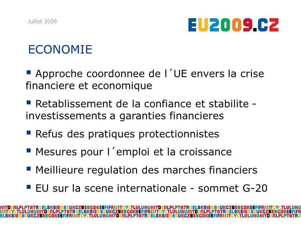 ECONOMIE Juillet 2009 Approche coordonnee de l´UE envers la crise financiere et economique Retablissement de la confiance et stabilite - investissements a garanties financieres Refus des pratiques protectionnistes Mesures pour l´emploi et la croissance Meillieure regulation des marches financiers EU sur la scene internationale - sommet G-20