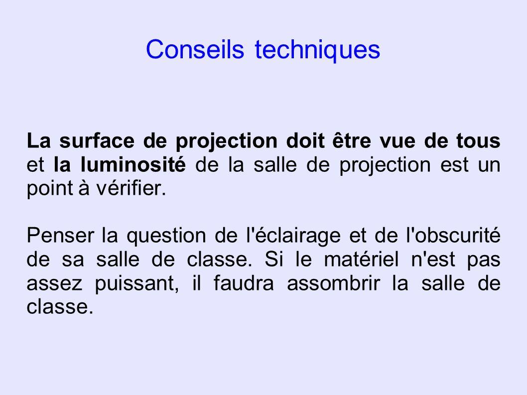La surface de projection doit être vue de tous et la luminosité de la salle de projection est un point à vérifier. Penser la question de l'éclairage e