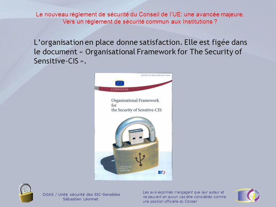 DGA5 / Unité sécurité des SIC-Sensibles Sébastien Léonnet Les avis exprimés n engagent que leur auteur et ne peuvent en aucun cas être considérés comme une position officielle du Conseil Le nouveau règlement de sécurité du Conseil: En cours de ratification; Historique: deux années de travail avec les EMs; Des changements en adéquation avec la très récente famille de standards 2700X (principalement 27005): révolutionnaire parce que « EU made », au moins dans le domaine « technologie de linformation »; révolutionnaire parce quil a fait lobjet dun rapide consensus des NSAs) révolutionnaire parce quil permet des dérogations « maîtrisées »: « Where warranted on specific operational grounds, the Council or the Secretary-General as appropriate may, upon recommendation by the Security Committee, waive the requirements under paragraphs 25 or 26 and grant an interim approval for a specific period… »; Le nouveau règlement de sécurité du Conseil de lUE: une avancée majeure.