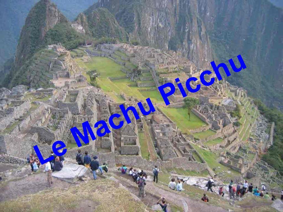 Longtemps après Babylone, La Grande Muraille, Les Pyramides …. des hommes allèrent sinstaller sur un site haut perché, quasiment inaccessible … Les fi