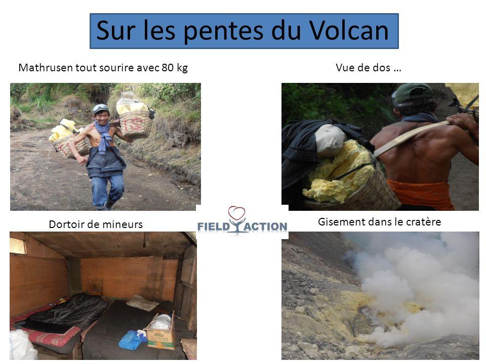 Sur les pentes du Volcan Mathrusen tout sourire avec 80 kgVue de dos … Dortoir de mineurs Gisement dans le cratère