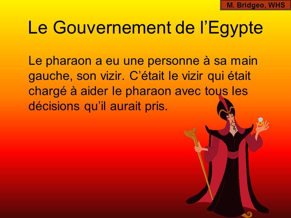 Le Gouvernement de lEgypte Le pharaon a eu une personne à sa main gauche, son vizir. Cétait le vizir qui était chargé à aider le pharaon avec tous les