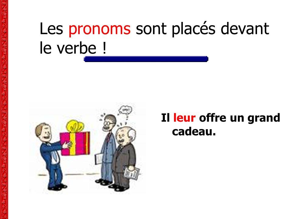 Les pronoms sont placés devant le verbe ! Il leur offre un grand cadeau.