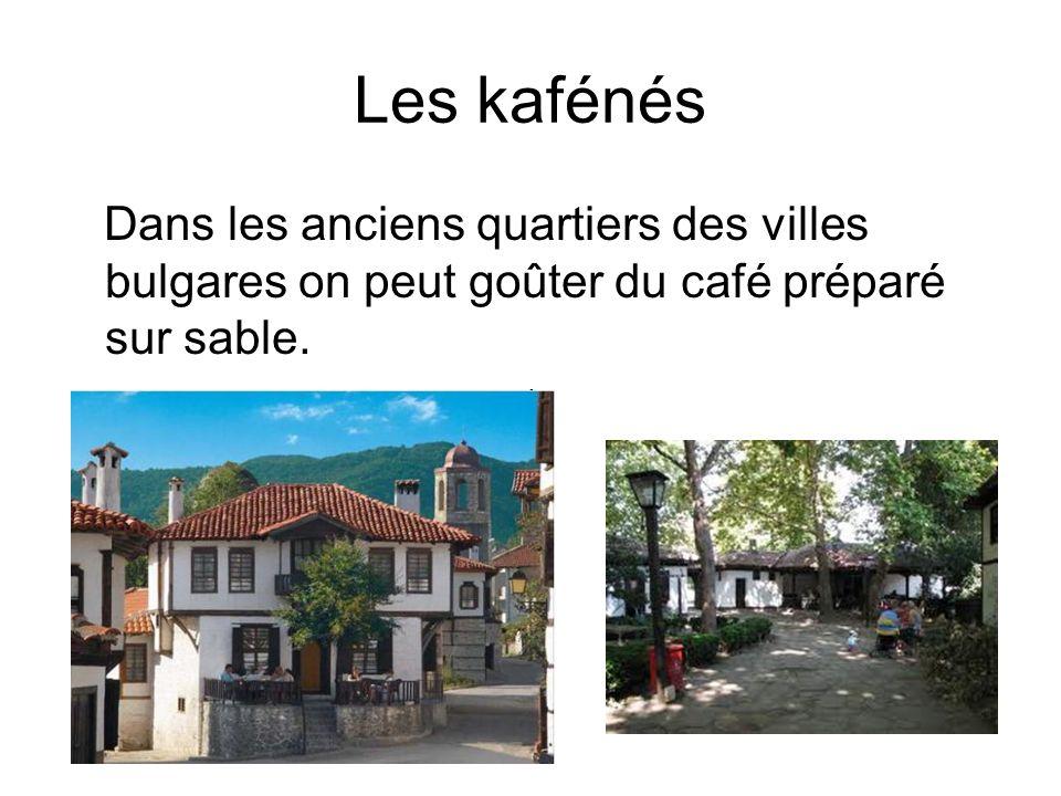 Les kafénés é Dans les anciens quartiers des villes bulgares on peut goûter du café préparé sur sable.