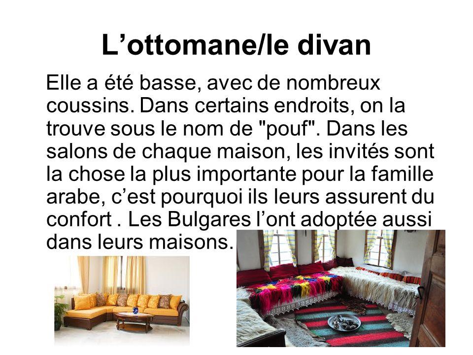 Lottomane/le divan Elle a été basse, avec de nombreux coussins. Dans certains endroits, on la trouve sous le nom de