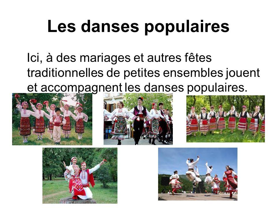 Les danses populaires Ici, à des mariages et autres fêtes traditionnelles de petites ensembles jouent et accompagnent les danses populaires.