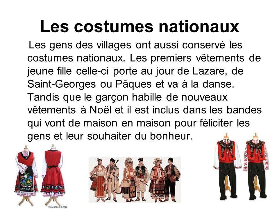 Les costumes nationaux Les gens des villages ont aussi conservé les costumes nationaux. Les premiers vêtements de jeune fille celle-ci porte au jour d