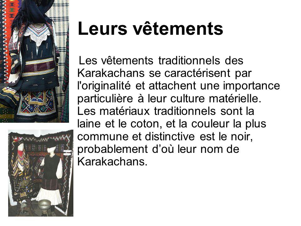 Leurs vêtements Les vêtements traditionnels des Karakachans se caractérisent par l'originalité et attachent une importance particulière à leur culture