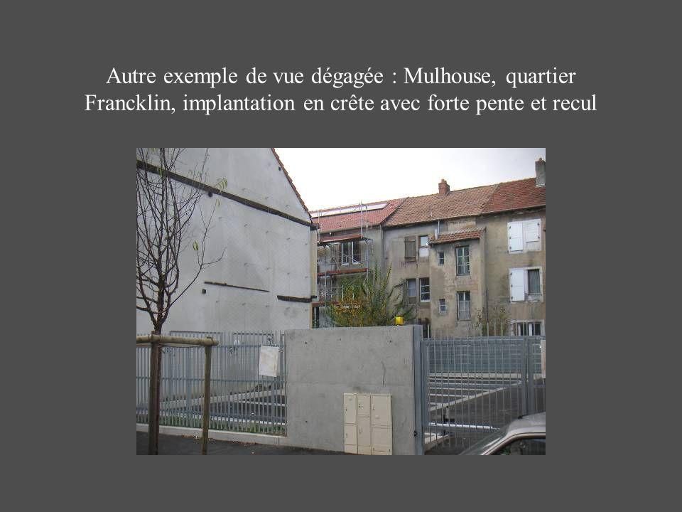 Autre exemple de vue dégagée : Mulhouse, quartier Francklin, implantation en crête avec forte pente et recul