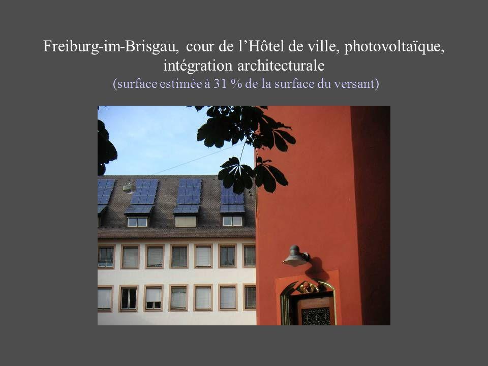 Freiburg-im-Brisgau, cour de lHôtel de ville, photovoltaïque, intégration architecturale (surface estimée à 31 % de la surface du versant)
