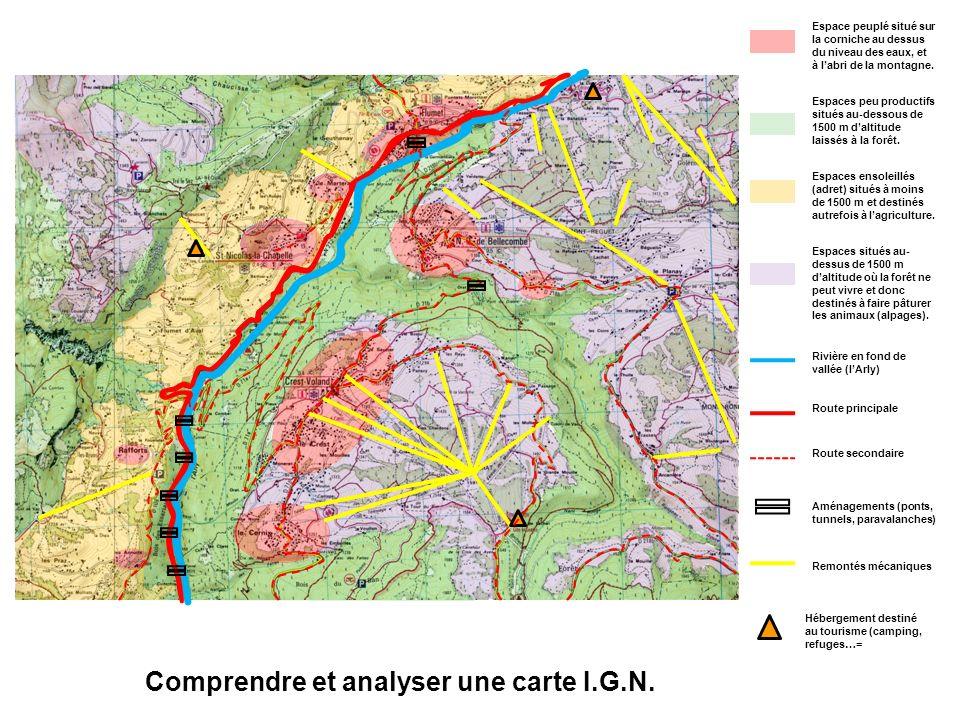 Comprendre et analyser une carte I.G.N. Espace peuplé situé sur la corniche au dessus du niveau des eaux, et à labri de la montagne. Espaces peu produ