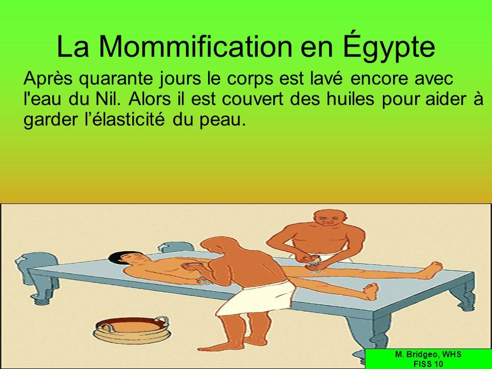 La Mommification en Égypte Après quarante jours le corps est lavé encore avec l'eau du Nil. Alors il est couvert des huiles pour aider à garder lélast