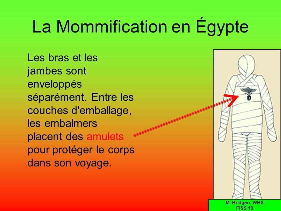 La Mommification en Égypte Les bras et les jambes sont enveloppés séparément. Entre les couches d'emballage, les embalmers placent des amulets pour pr