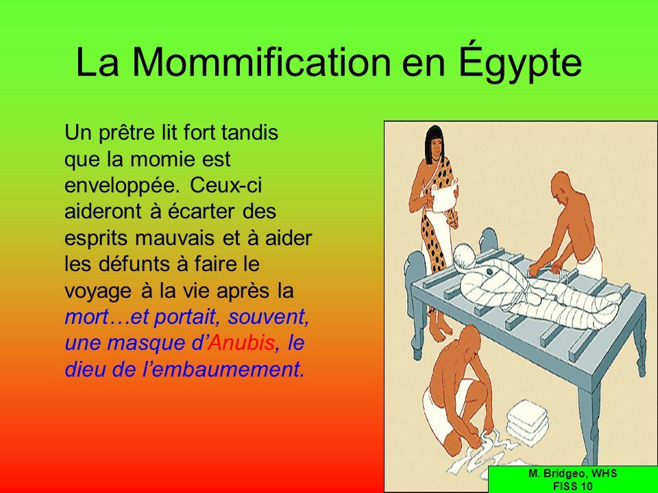 La Mommification en Égypte Un prêtre lit fort tandis que la momie est enveloppée. Ceux-ci aideront à écarter des esprits mauvais et à aider les défunt