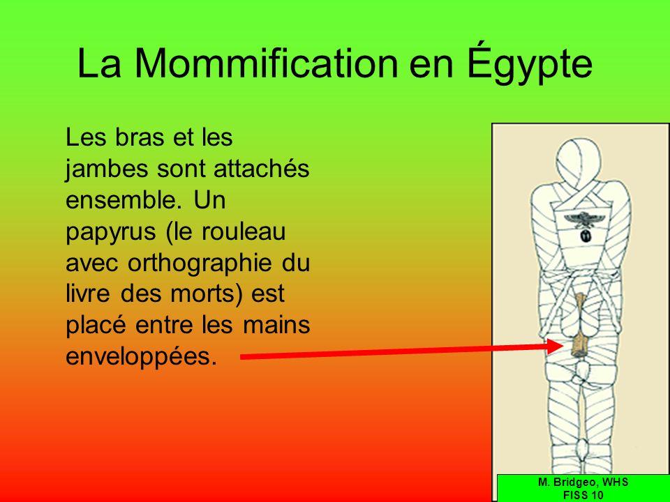 La Mommification en Égypte Les bras et les jambes sont attachés ensemble. Un papyrus (le rouleau avec orthographie du livre des morts) est placé entre