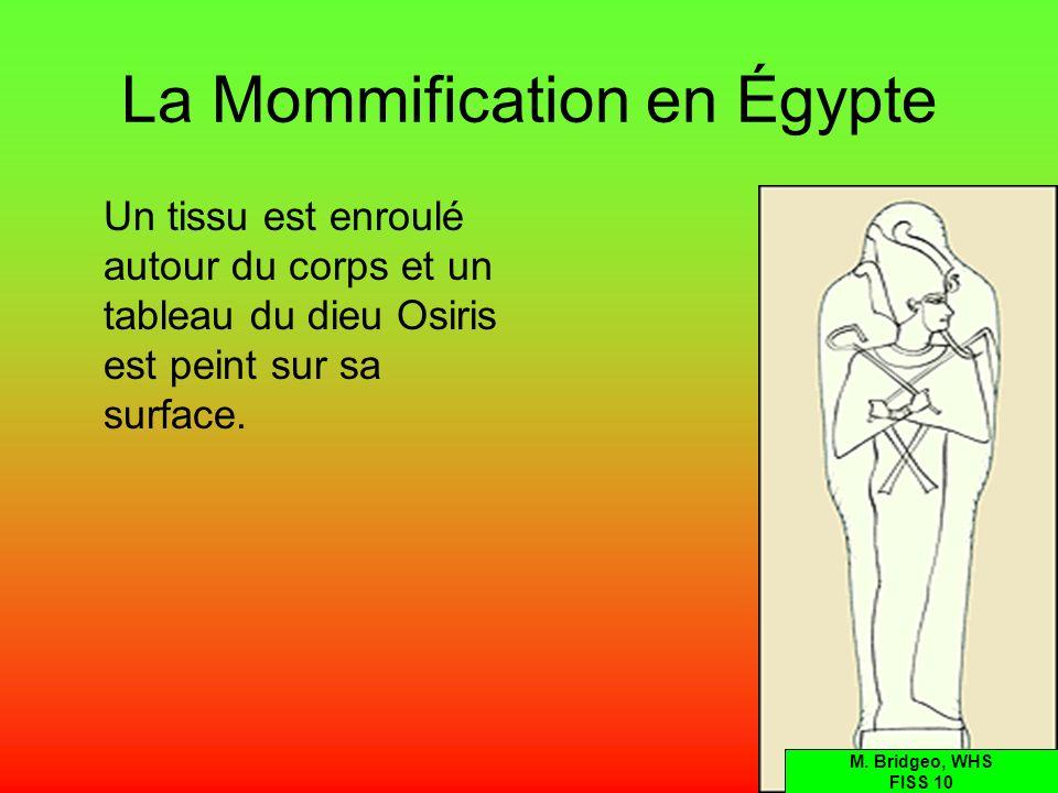 La Mommification en Égypte Un tissu est enroulé autour du corps et un tableau du dieu Osiris est peint sur sa surface. M. Bridgeo, WHS FISS 10
