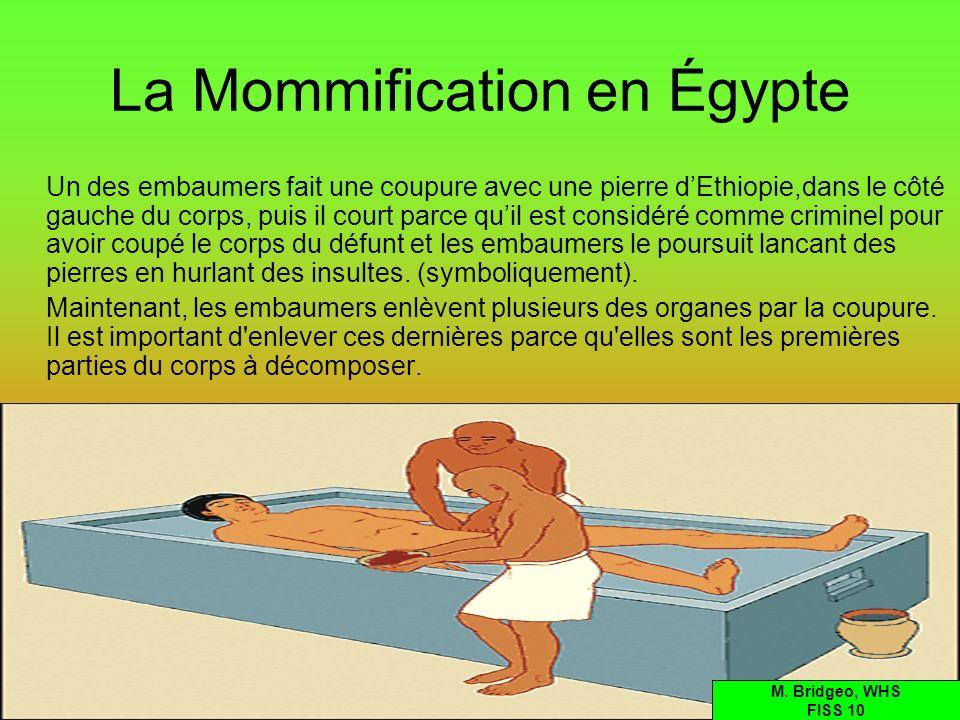La Mommification en Égypte Un des embaumers fait une coupure avec une pierre dEthiopie,dans le côté gauche du corps, puis il court parce quil est cons