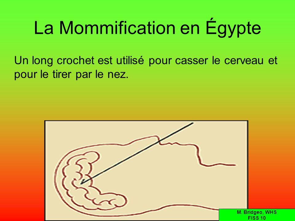 La Mommification en Égypte Un long crochet est utilisé pour casser le cerveau et pour le tirer par le nez. M. Bridgeo, WHS FISS 10