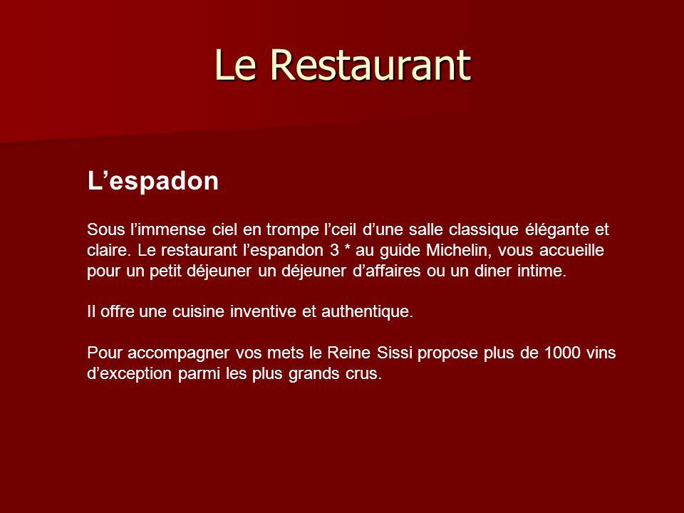 Le Restaurant Lespadon Sous limmense ciel en trompe lceil dune salle classique élégante et claire.