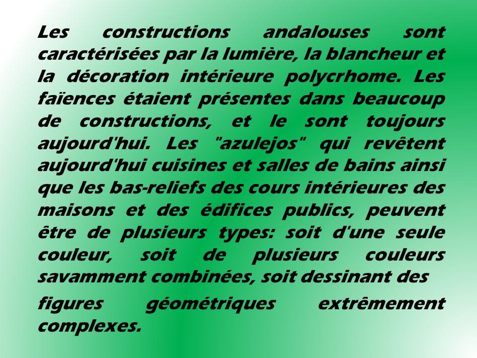 Les constructions andalouses sont caractérisées par la lumière, la blancheur et la décoration intérieure polycrhome. Les faïences étaient présentes da