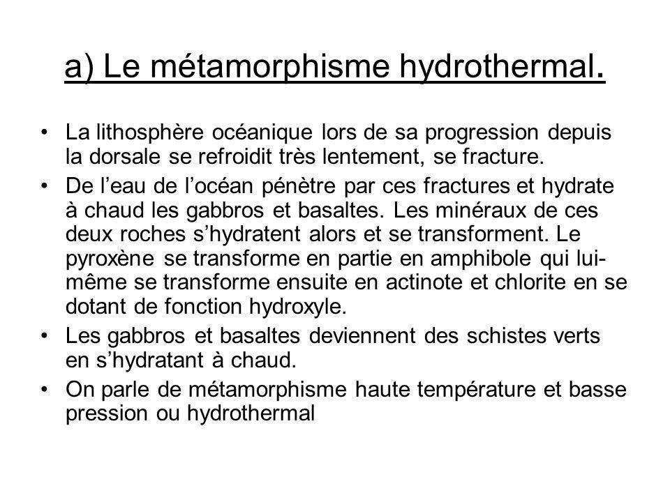 a) Le métamorphisme hydrothermal. La lithosphère océanique lors de sa progression depuis la dorsale se refroidit très lentement, se fracture. De leau