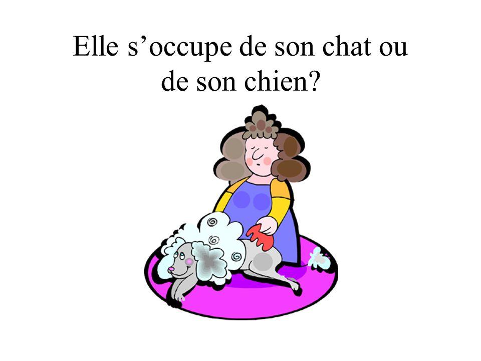 Elle soccupe de son chat ou de son chien?