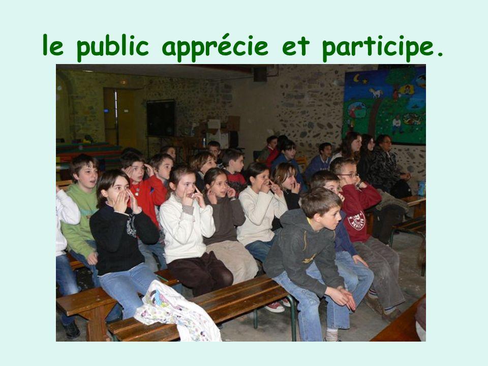 le public apprécie et participe.