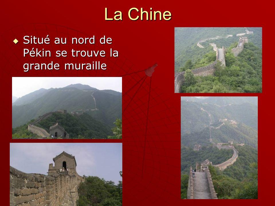 Situé au nord de Pékin se trouve la grande muraille Situé au nord de Pékin se trouve la grande muraille