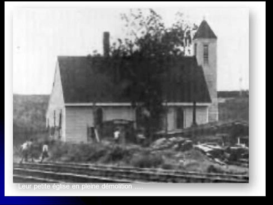 Leur petite église en pleine démolition ….