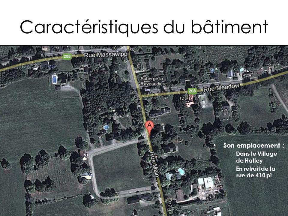 Caractéristiques du bâtiment Son emplacement : – Dans le Village de Hatley – En retrait de la rue de 410 pi