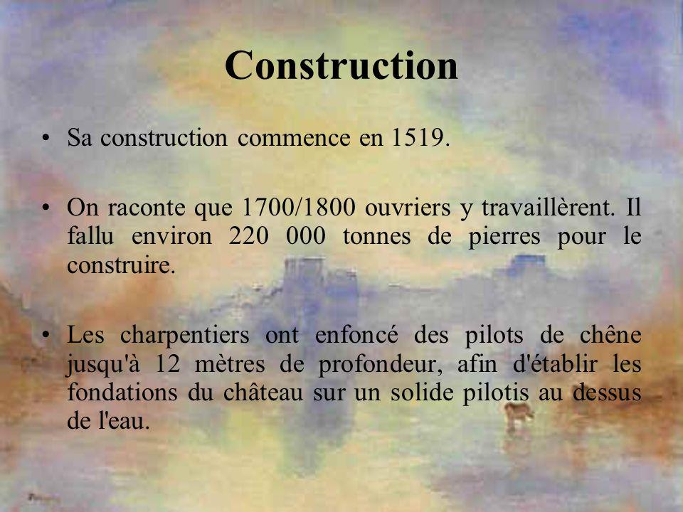 Construction Sa construction commence en 1519. On raconte que 1700/1800 ouvriers y travaillèrent. Il fallu environ 220 000 tonnes de pierres pour le c
