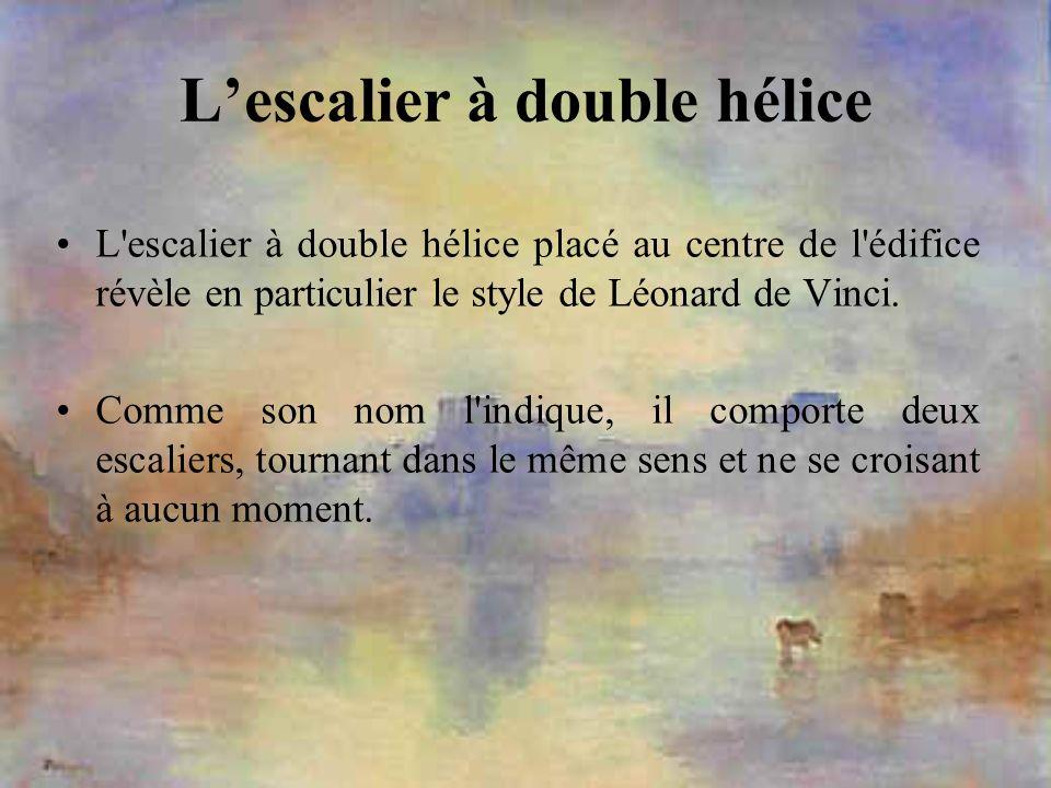 Lescalier à double hélice L'escalier à double hélice placé au centre de l'édifice révèle en particulier le style de Léonard de Vinci. Comme son nom l'