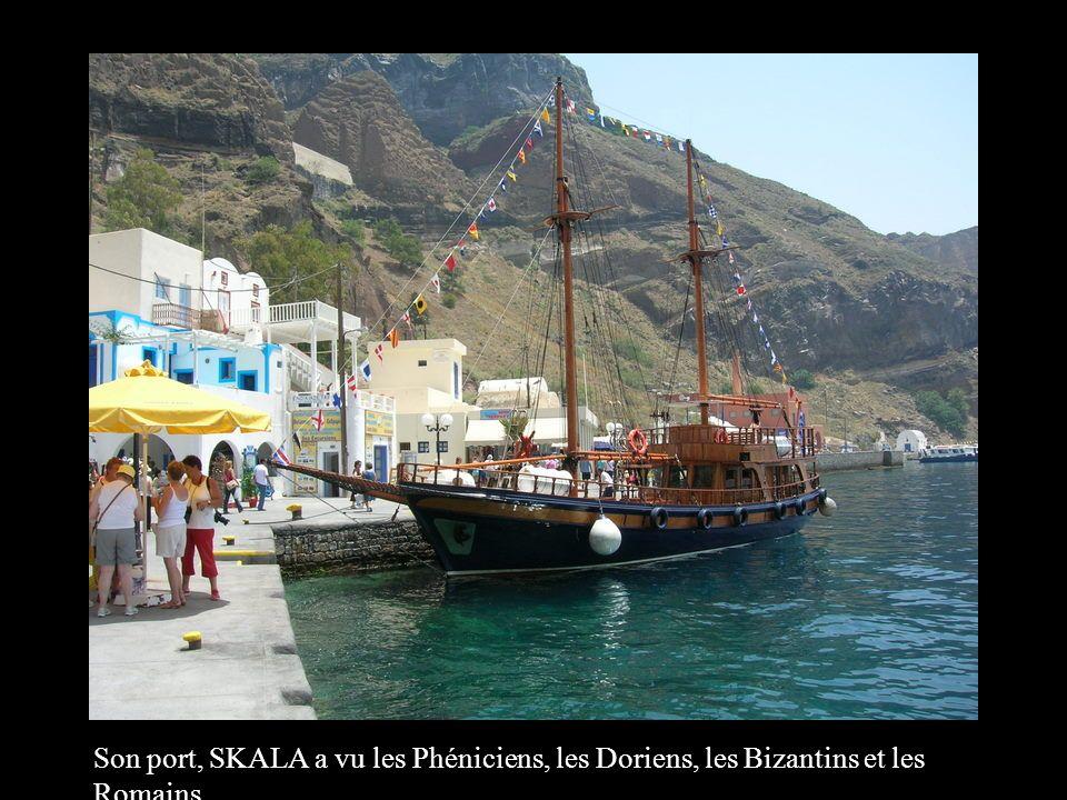 Les eaux de Santorin se colorent de bleu azur, de rouge, de vert émeraude virant au marron et au noir suivant les heures de la journée.