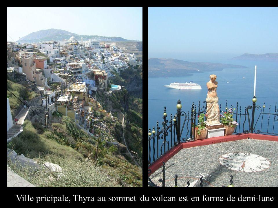 Ville pricipale, Thyra au sommet du volcan est en forme de demi-lune