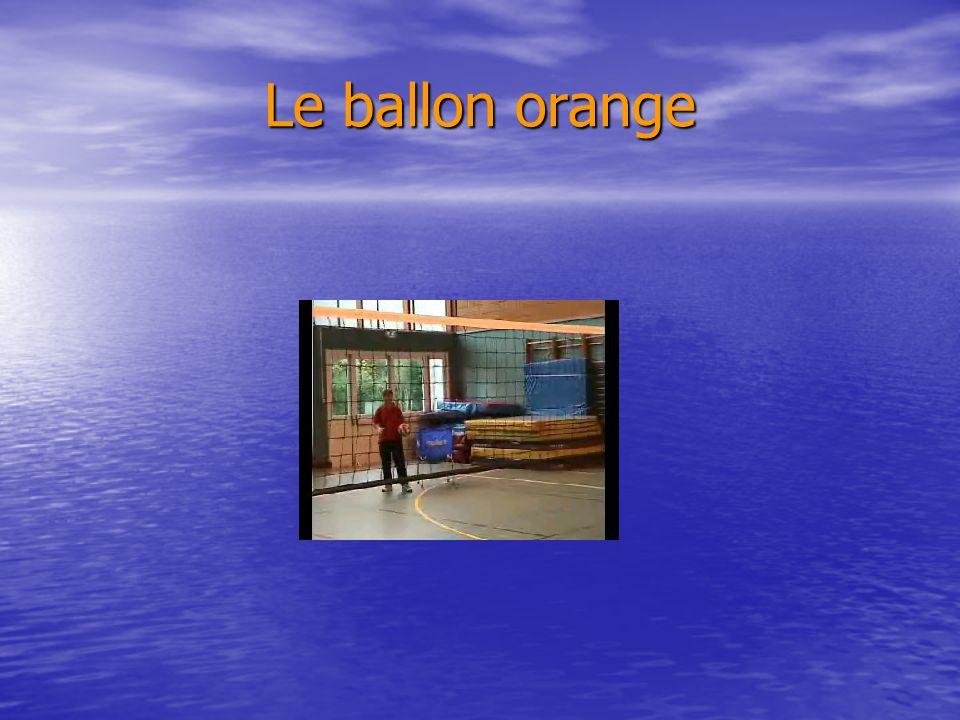 Le ballon orange je suis capable 4 fois sur 5: de réceptionner sur le pivot (sur service tennis), (le pivot est debout sur une chaise dans le zone de
