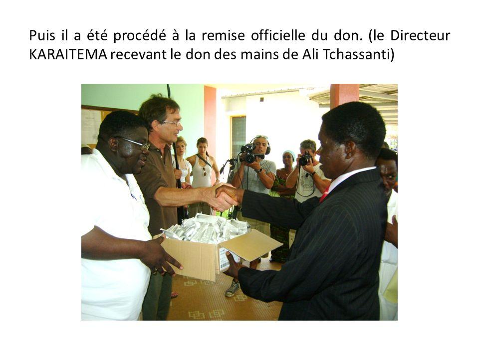 Puis il a été procédé à la remise officielle du don. (le Directeur KARAITEMA recevant le don des mains de Ali Tchassanti)