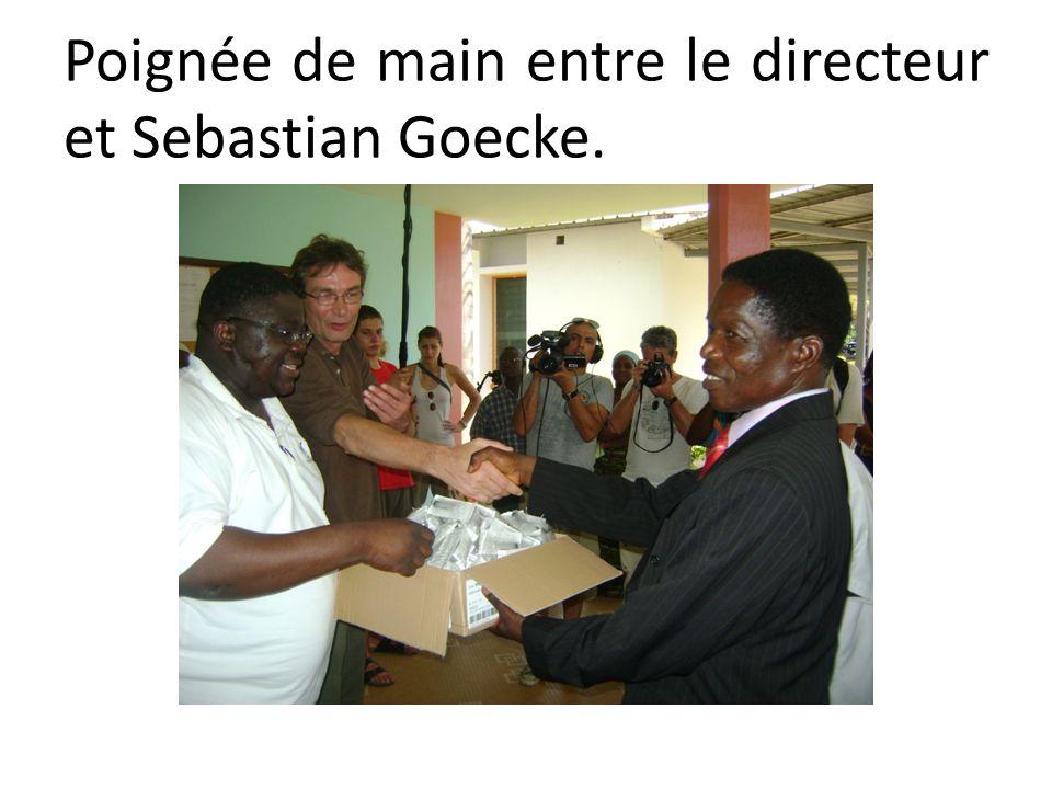 Poignée de main entre le directeur et Sebastian Goecke.