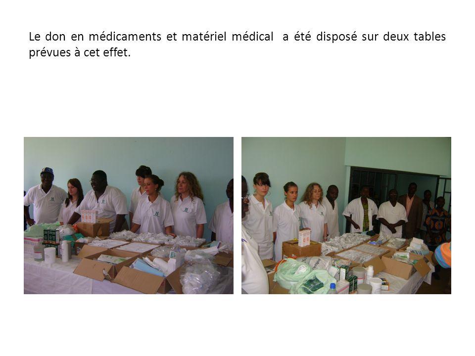 Le don en médicaments et matériel médical a été disposé sur deux tables prévues à cet effet.
