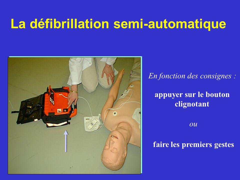 faire les premiers gestes La défibrillation semi-automatique En fonction des consignes : ou appuyer sur le bouton clignotant