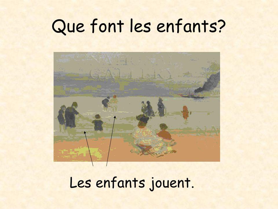Les enfants regardent le ______ bateau _____.