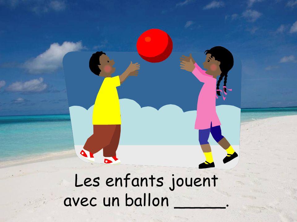 Les enfants jouent avec un ballon orange.