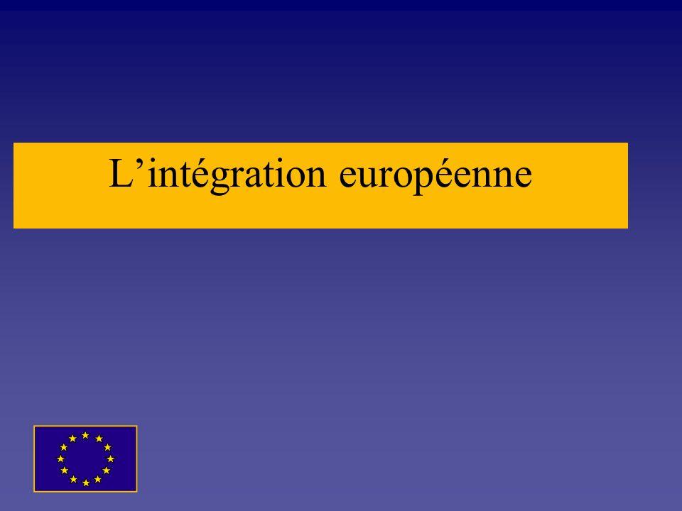 La place de lUE dans le monde LUnion européenne à 27 occupe une place majeure dans le monde. En 2008, l'UE regroupe un peu plus de 498 millions de per